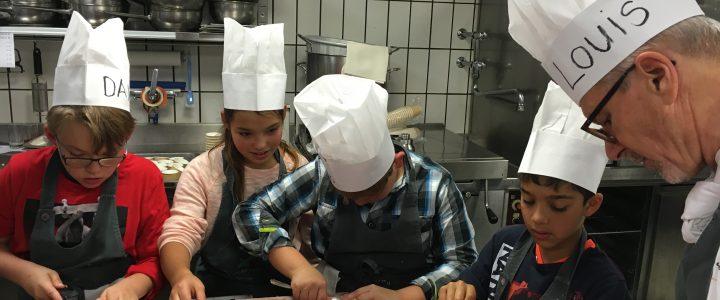 Kinder der amitola kochen mit Louis ein Merci-Diner für ihre Spender